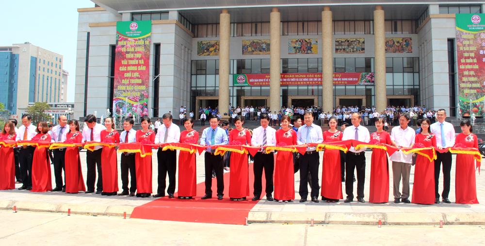 Các đại biểu cắt băng xuất hành chuyến vải đầu tiên của Bắc Giang đưa vào tiêu thụ tại TP Hồ Chí Minh.