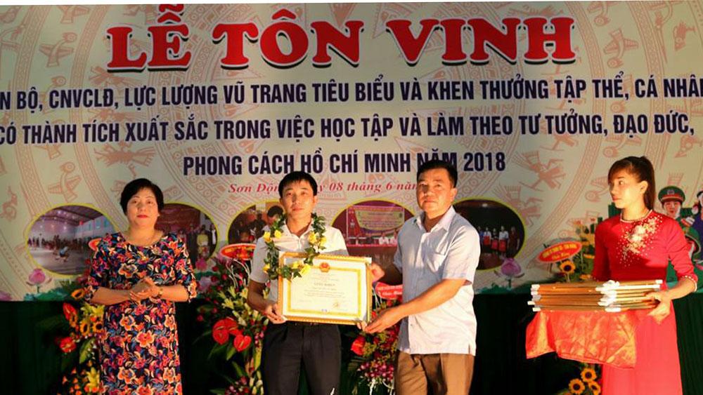 Biểu dương, khen thưởng 105 tập thể, cá nhân cán bộ công nhân viên chức lao động.