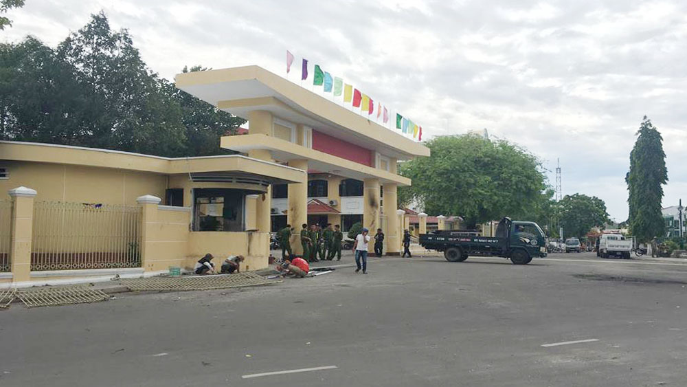 Tạm giữ hơn 100 người đập phá trụ sở UBND tỉnh Bình Thuận