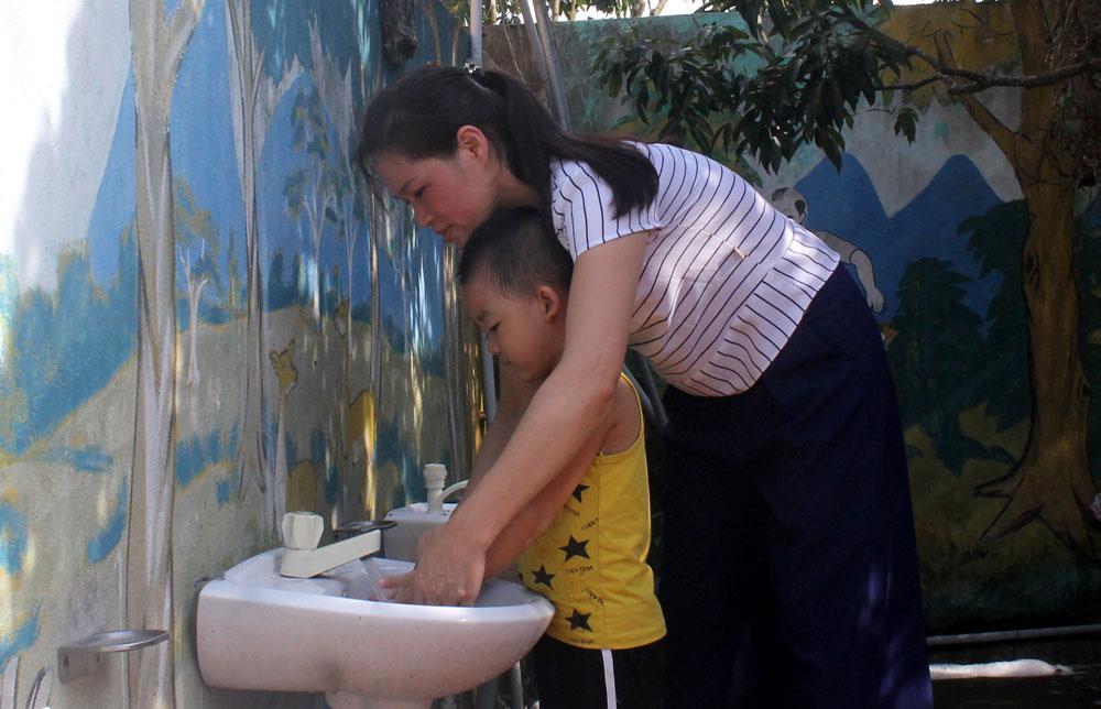 Giáo viên Trường Mầm non xã Trù Hựu (Lục Ngạn)hướng dẫn học sinh rửa tay để phòng lây nhiễm bệnh cúm A (H1N1).