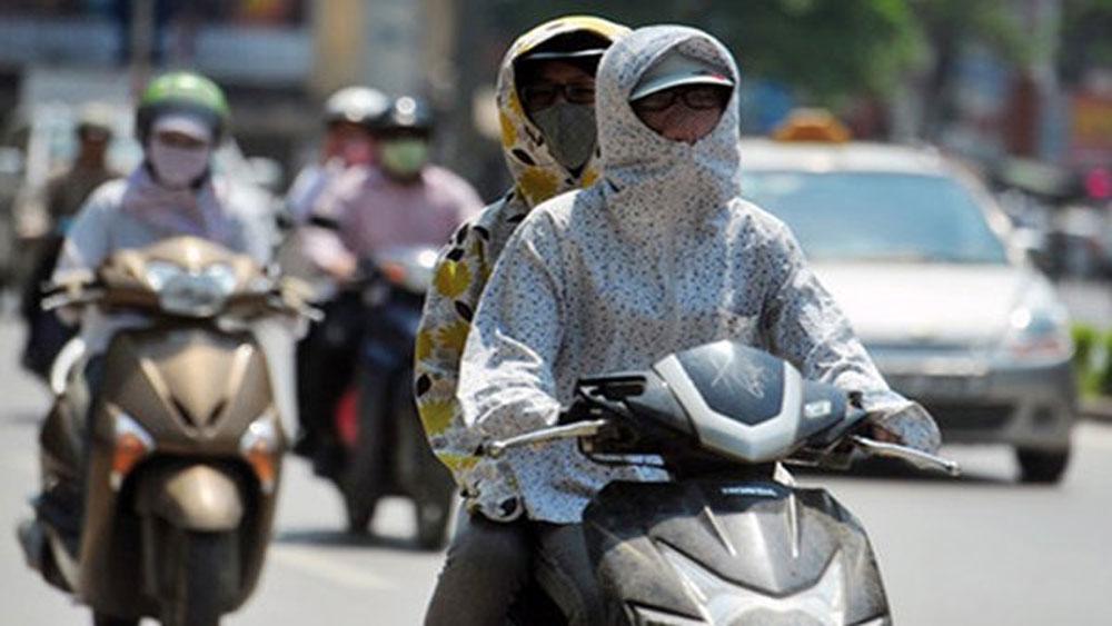 Miền Bắc nắng rát, Nam Bộ mưa rào