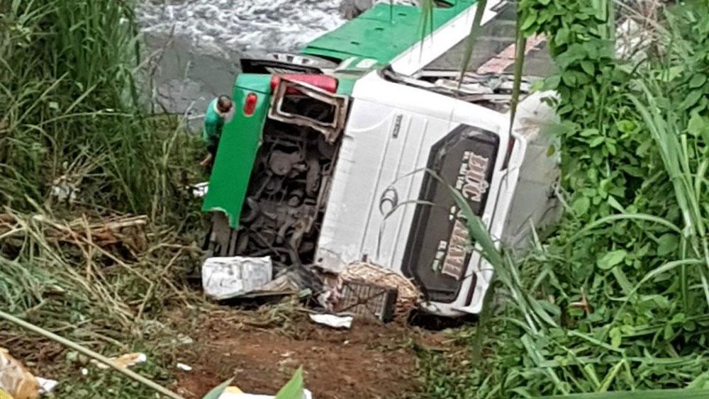 Kon Tum: Xe khách chở 42 người lao xuống vực đèo Lò Xo, 3 người chết
