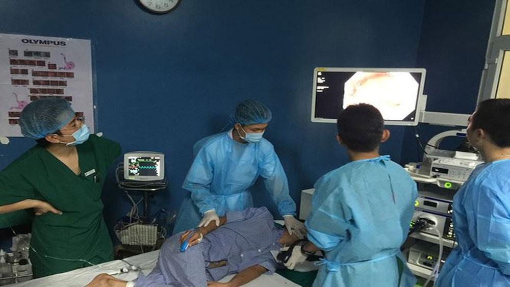 Các bác sĩ Bệnh viện K thực hiện ca nội soi, cắt tách dưới niêm mạc tổn thương sớm ung thư dạ dày cho bệnh nhân.