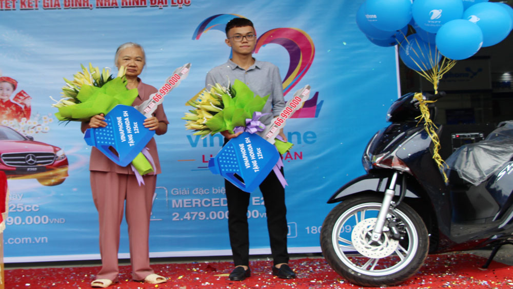 VNPT Bắc Giang trao giải thưởng cho khách hàng trúng xe máy SH 125cc