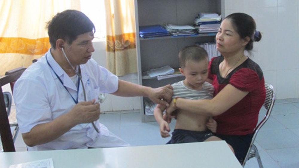 Bác sĩ Bệnh viện Sản - Nhi tỉnh khám cho bệnh nhân.