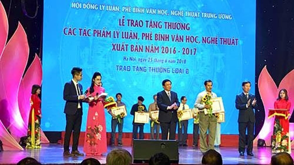 Winners of theory and criticism of literature and arts awards honoured