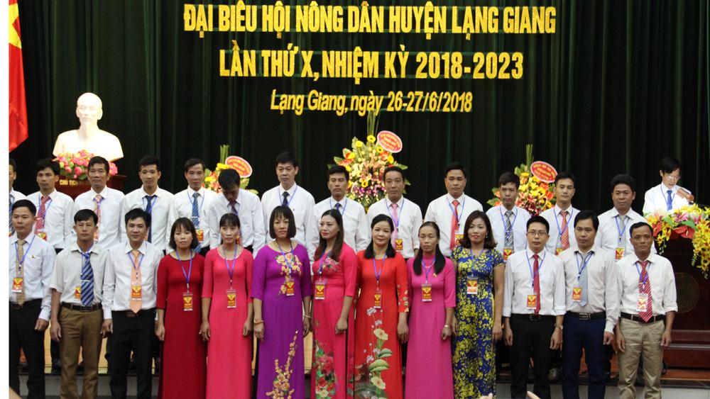 Các đồng chí trong Ban Chấp hành khóa mới ra mắt Đại hội.