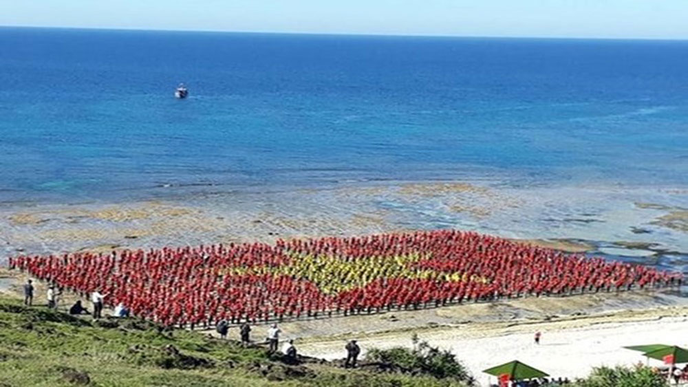 Record number of persons sing national anthem in Ly Son Island