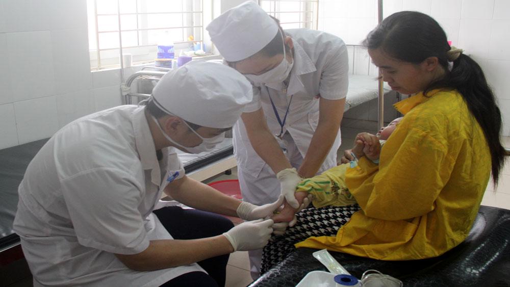 Điều trị cho bệnh nhi tại Bệnh viện Sản- Nhi tỉnh trong những ngày nắng nóng.