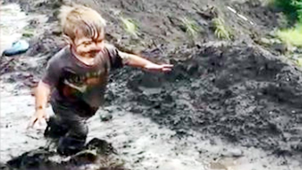 Bố mẹ thích thú với cảnh trẻ lấm lem bùn đất