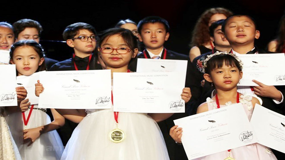 Vietnamese girl wins first prize at int'l piano contest in US