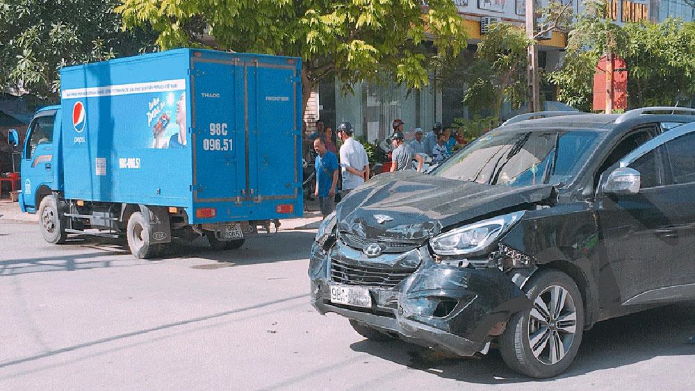 TP Bắc Giang: Hai ô tô va chạm giao thông