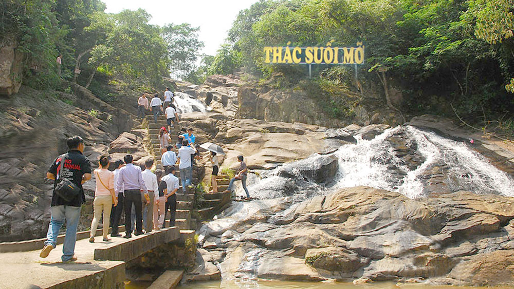 Khách tham quan Khu du lịch sinh thái Suối Mỡ tăng