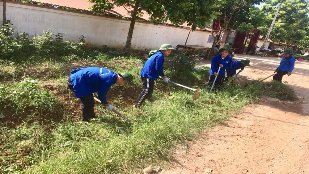 Đoàn viên, thanh niên Trường Đại học Nông Lâm Bắc Giang, giúp người dân xã Canh Nậu sản xuất
