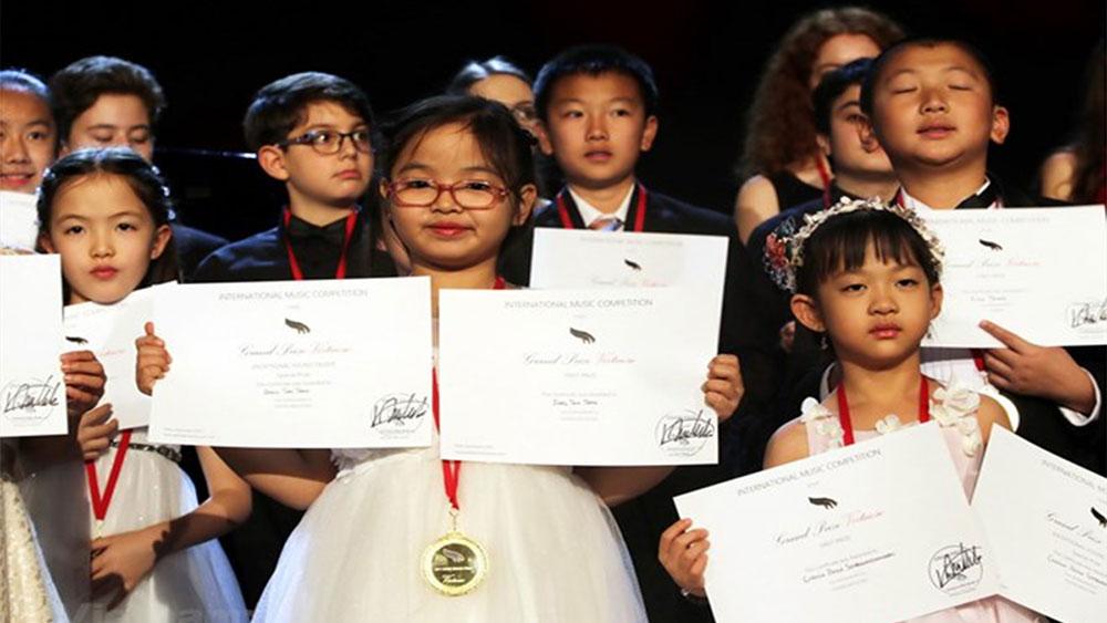Bé gái 7 tuổi người Việt giành giải Nhất cuộc thi piano quốc tế ở Mỹ