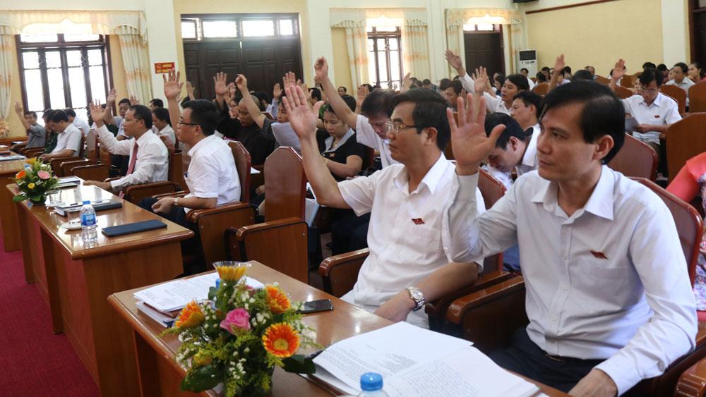 Các đại biểu HĐND TP biểu quyết thông qua nghị quyết tại kỳ họp.