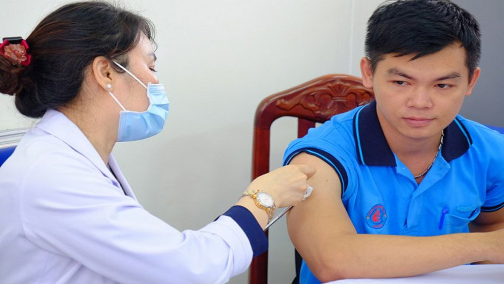 2.300 y, bác sĩ Bệnh viện Chợ Rẫy chích ngừa cúm A/H1N1