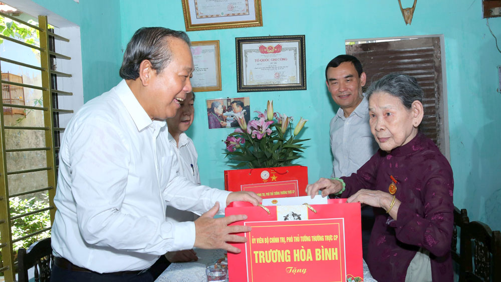 Deputy PM salutes heroic mothers and war veterans in Thua Thien – Hue