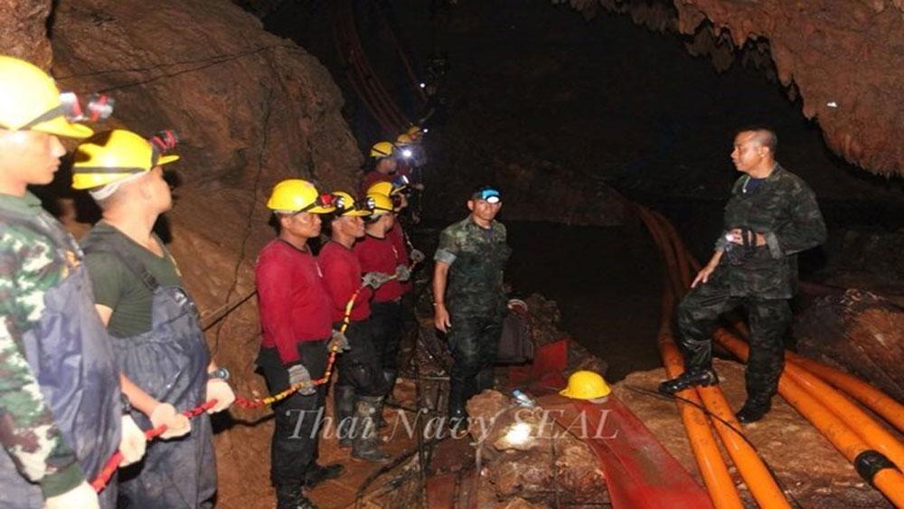 Hai thành viên của đội bóng thiếu niên Thái Lan được đưa ra ngoài hang
