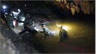 Thợ lặn Thái Lan đưa bình khí vào hang, chuẩn bị giải cứu đợt hai