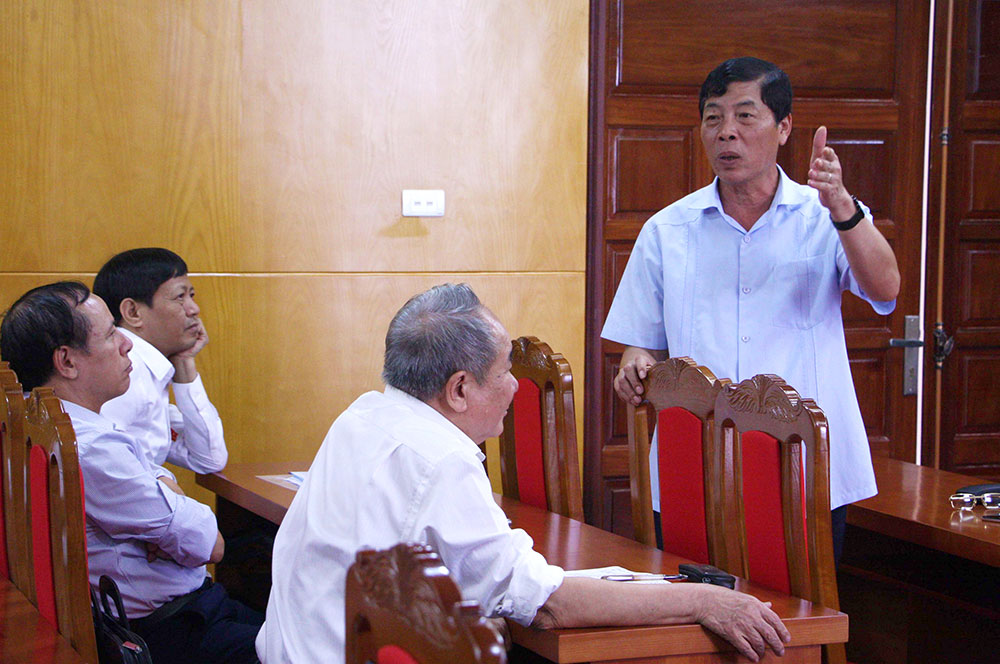 Đồng chí Bùi Văn Hải, Bí thư Tỉnh ủy, Chủ tịch HĐND tỉnh trao đổi một số vấn đề đại biểu quan tâm tại tổ thảo luận số 3.