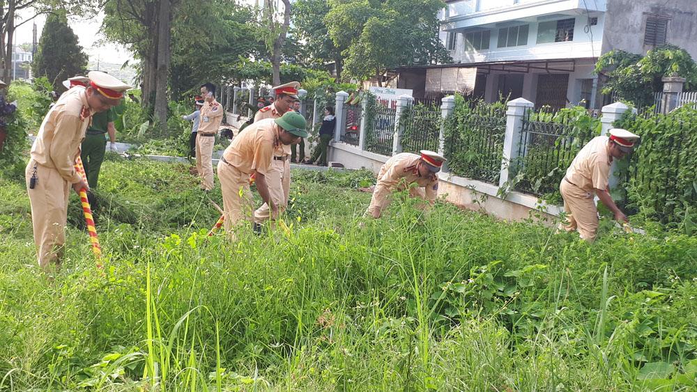 Ra quân vệ sinh môi trường Đài tưởng niệm