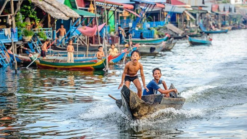 Floating school for Vietnamese students opens in Cambodia