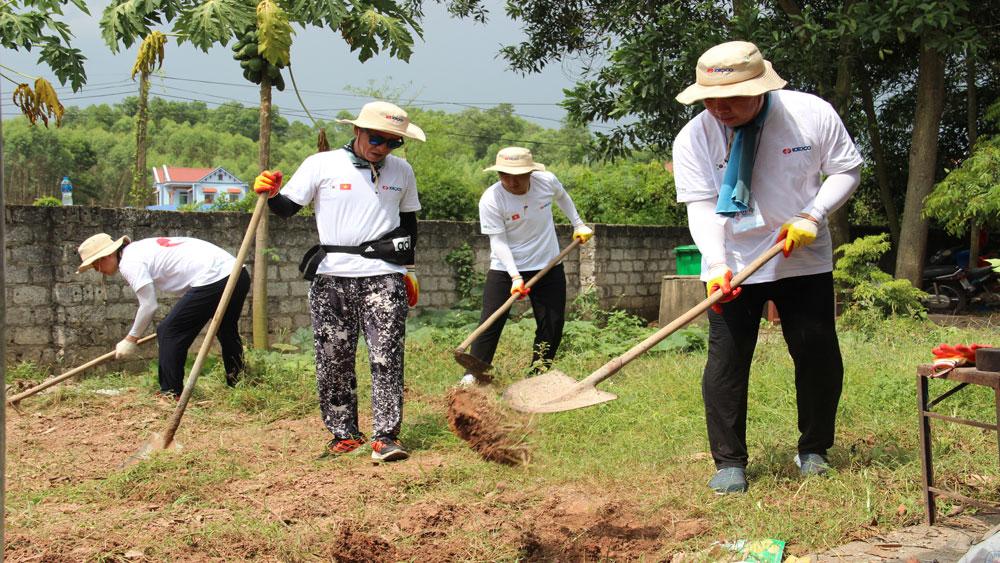 Các tình nguyện viên san lấp mặt bằng khuôn viên sân tại điểm trường mầm non thôn Tiền Sơn, xã Hương Sơn (Lạng Giang)