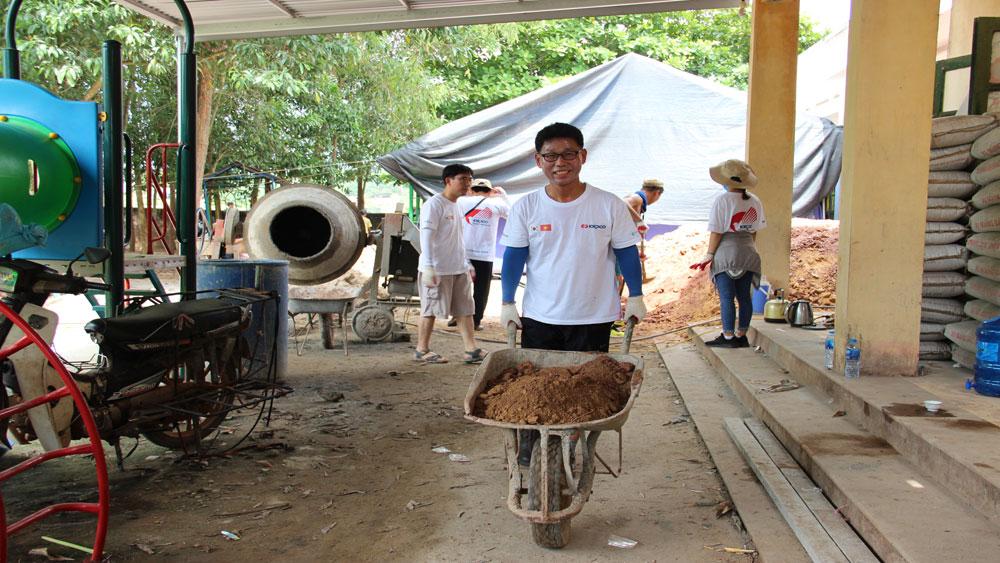 Tình nguyện viên vận chuyển vật liệu xây dựng nhà vệ sinh tại Điểm trường thôn Tiền Sơn.