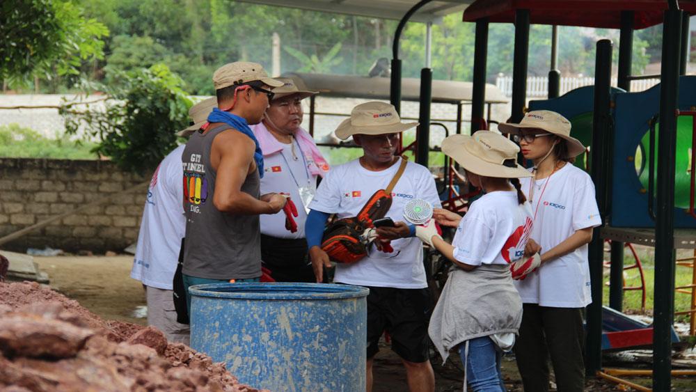 Các tình nguyện viên thống nhất công việc của nhóm trước khi triển khai.