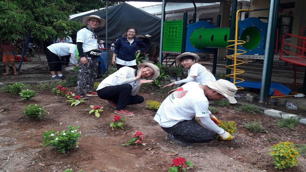Trồng hoa trong khuôn viên Điểm trường mầm non ở thôn Đồng Thủy.