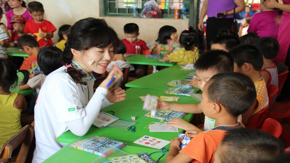 Giao lưu với các cháu Trường mầm non tại điểm trường thôn Tiền Sơn.