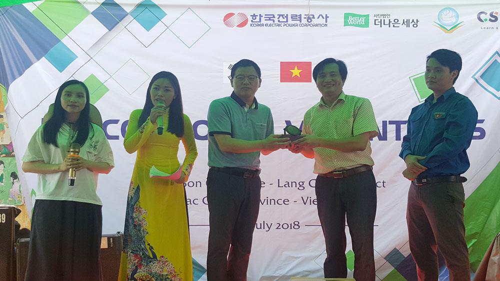 Ông Nguyễn Quang Tuấn, Phó Giám đốc Sở Ngoại vụ trao quà kỷ niệm cho Chủ tịch Công đoàn Tập đoànKEPCO.
