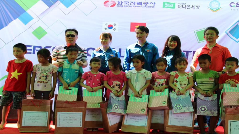 Đại diện Chi đoàn Sở Ngoại vụ trao quà cho các cháu Trường mầm non Hương Sơn.