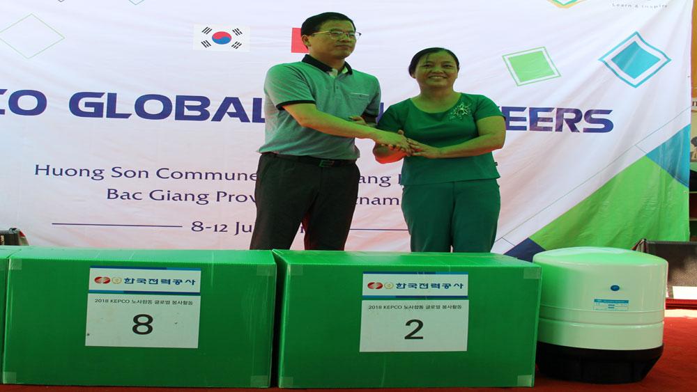 Chủ tịch Công đoàn Tập đoànKEPCOtrao máy lọc nước cho Trường mầm non Hương Sơn.