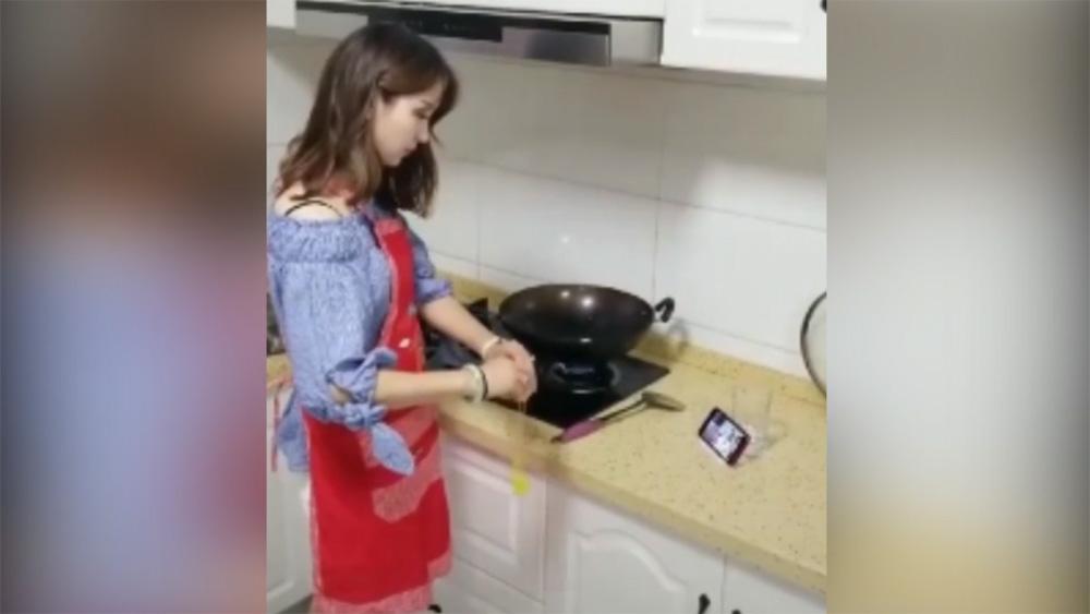 Người đẹp học nấu ăn theo hướng dẫn trên mạng