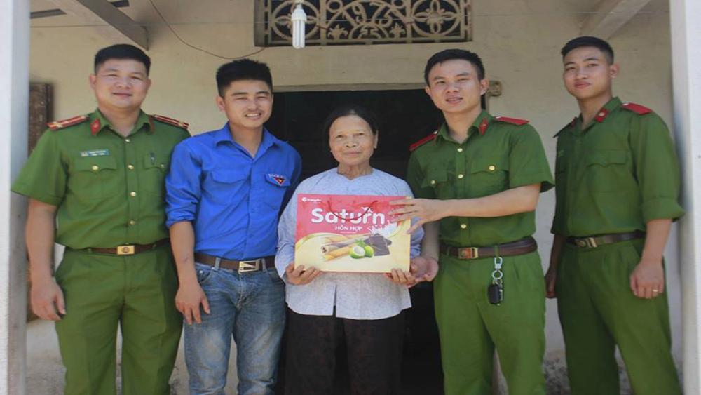 Đoàn thanh niên Lan Giới và Công an huyện tặng quà cho gia đình chính sách