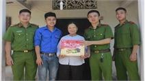 Đoàn thanh niên xã Lan Giới và Công an huyện tặng quà cho gia đình chính sách