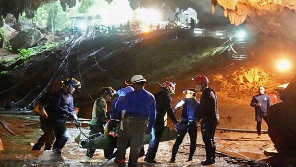 Lý do, thiếu niên Thái Lan, nằm cáng, cứu khỏi hang
