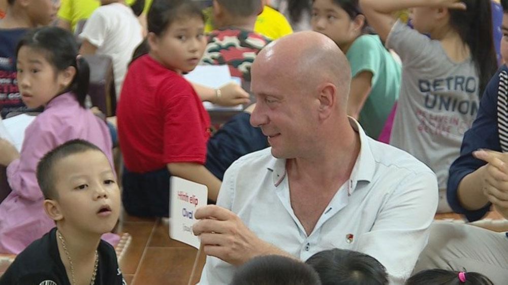 Free English classes, pagoda class, Hanoi, local children, English activities, Vietnamese teachers, Sunday morning, Phap Van pagoda