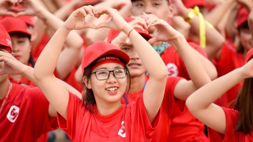 Giọt máu khổng lồ được xếp bởi nghìn bạn trẻ