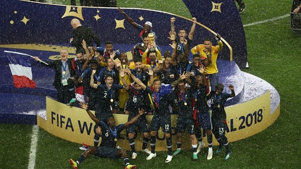 France lift second World Cup after winning classic final 4-2