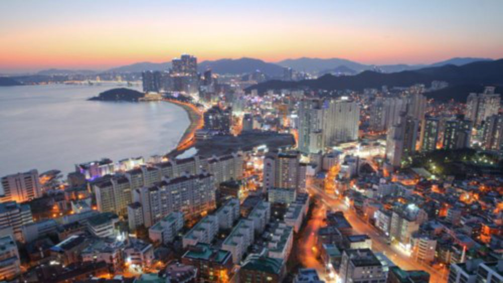 """Vượt qua thủ đô Seoul, TP Busan là điểm đến hấp dẫn nhất tại Hàn Quốc ở thời điểm hiện tại. """"Với phong cảnh đẹp, văn hóa đa dạng và ẩm thực hấp dẫn, Busan có nhiều hoạt động hiện đại phù hợp với mọi du khách"""", tạp chí du lịch Lonely Planet đánh giá."""