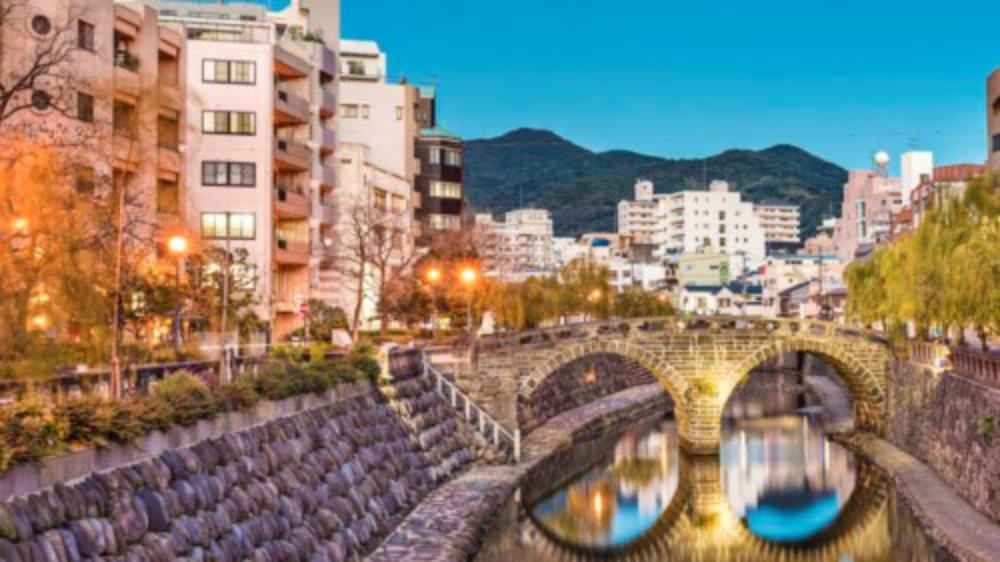 Tới thành phố Nagasaki, du khách có cơ hội tham quan một bảo tàng ngoại thương mới trong nhà thờ cổ nhất Nhật Bản hay qua bến cảng đầy cây xanh dẫn tới các tuyến đường đi bộ xuyên qua những ngọn đồi núi lửa.