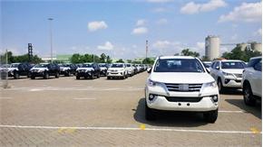 Hơn 200 ô tô Indonesia cập cảng, dân khấp khởi chờ Fortuner hạ giá