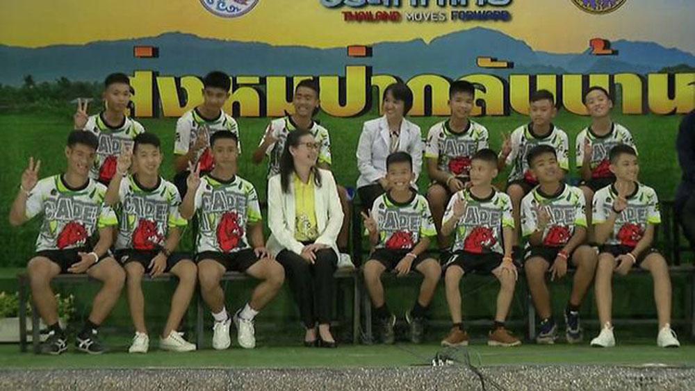 """Đội bóng Thái Lan kể lại """"khoảnh khắc kỳ diệu"""" được giải cứu khỏi hang"""