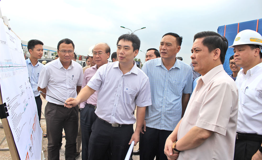 Minister of Transport, Bac Giang province, synchronous infrastructure development, Minister Nguyen Van The, diverse traffic system,  railway routes,  traffic vehicles, effective construction solutions, various means of transport