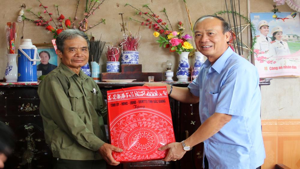 Phó Bí thư Thường trực Tỉnh ủy Thân Văn Khoa tặng quà người có công huyện Việt Yên