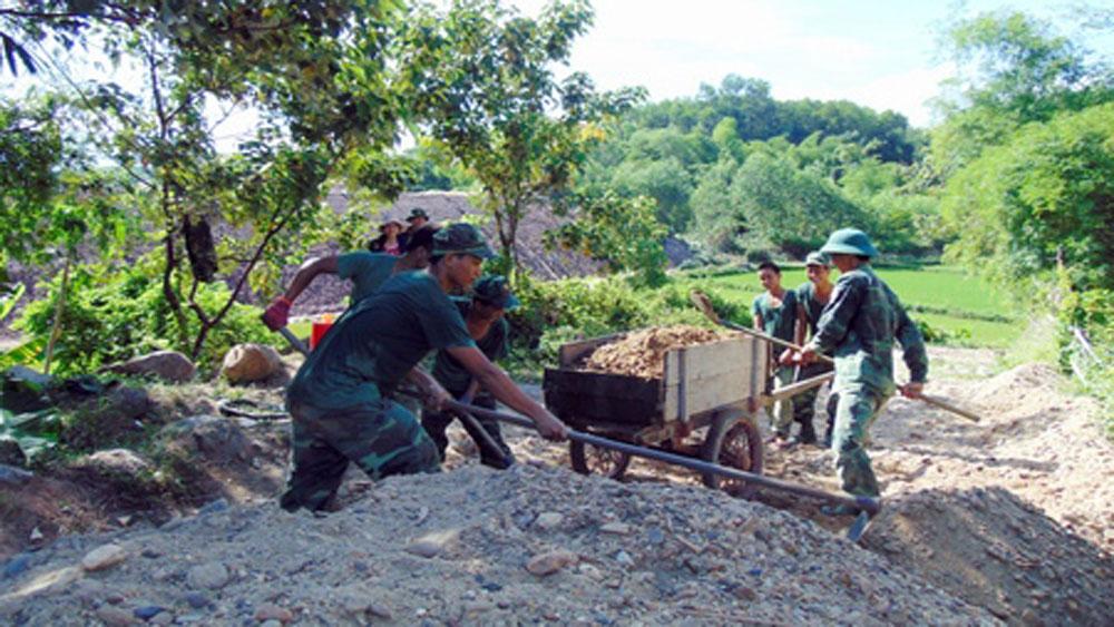 Bộ đội giúp nhân dân cải tạo giao thông nông thôn, kênh mương