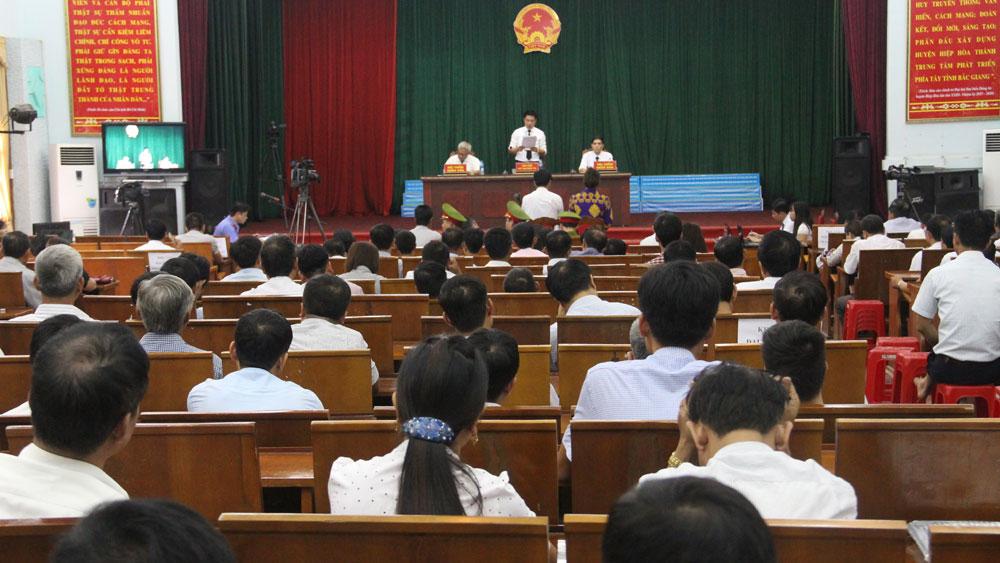 TAND huyện Hiệp Hòa xét xử lưu động vụ án lạm quyền trong khi thi hành công vụ